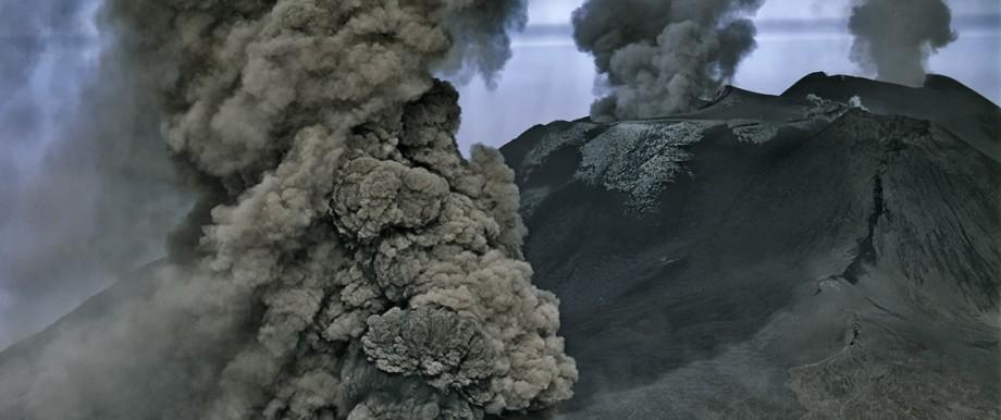 Vulkane: Beim Ausbruch des Ätna im Oktober 2002 schossen Aschewolken aus mehreren Kratern.