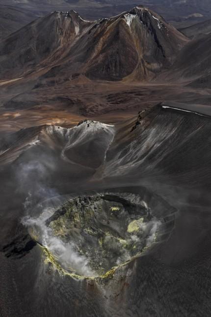 Vulkane: Schwefelgase hinterlassen in der Kraterschüssel des Vulkans Isluga in den chilenischen Anden knallgelbe Krusten.