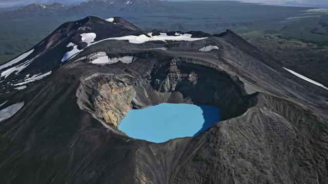 Vulkane: Ätzende Brühe: Der türkisblaue See im Krater des Maly Semiatschik-Vulkans auf der russischen Halbinsel Kamtschatka hat einen pH-Wert von unter 1. Je niedriger der pH-Wert, umso stärker ist eine Säure (neutrales Leitungswasser hat einen pH von etwa 7).