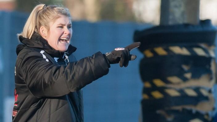 Trainerin Imke Wübbenhorst Wuebbenhorst BV Cloppenburg gibt Anweisungen gestikuliert mit den A