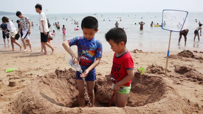 Kinder an einem Strand in der chinesischen Provinz Shandong