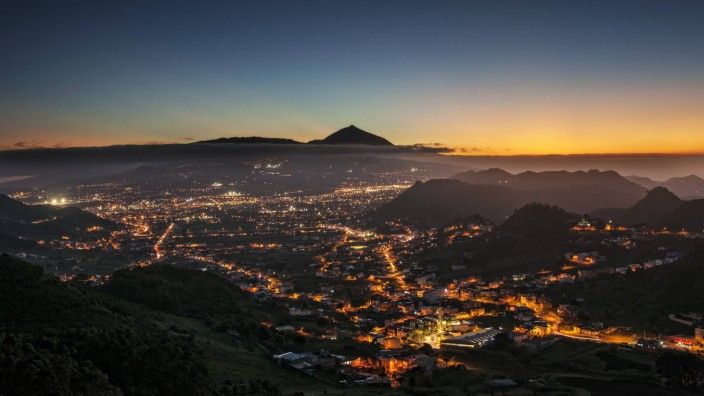 Blick über San Cristobal de La Laguna auf den Berg Teide bei Sonnenuntergang *** Panoramic view ove