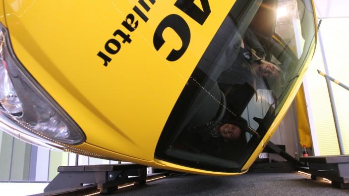 Sicherheit im Straßenverkehr: Einmal auf den Kopf gestellt: Im Überschlagsimulator können Autofahrer und deren Begleiter erleben, wie sich ein Überschlag des Fahrzeugs anfühlt.