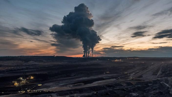 Das Kohlekraftwerk Weisweiler mit dem Tagebau Inden im Vordergrund am 27 10 2018 nahe Eschweiler De