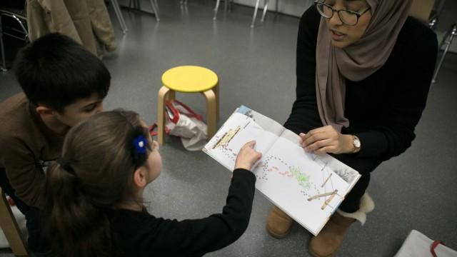 Sprachunterricht Kikus für Kinder in der Stadtteilbibliothek Hasenbergl an der Blodigstraße. Einverständnis der Eltern aller abgebildeten Kinder vorhanden.