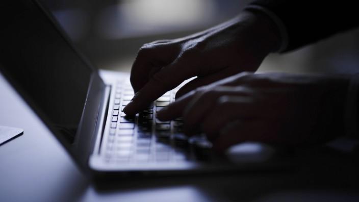 Haende schreiben auf einer Computertastatur Berlin 05 02 2018 Berlin Deutschland *** Hands writing