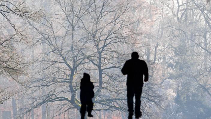 Mann und Kind in schneebedeckter Umgebung