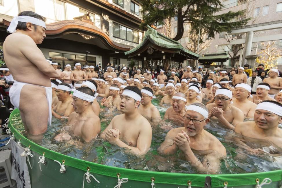 Mittwinter-Eisbadezeremonie in Tokio