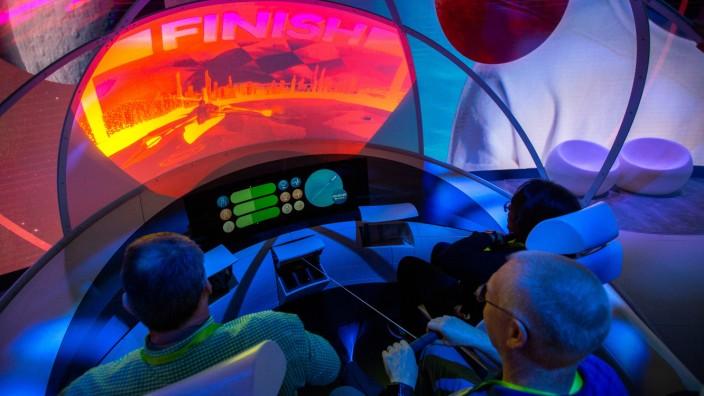 Autonomes Fahren: Während auf der CES in Las Vegas bereits Entertainment für die Zeit des autonomen Fahrens gezeigt wurde, stehen die Hersteller vor großen Herausforderungen.