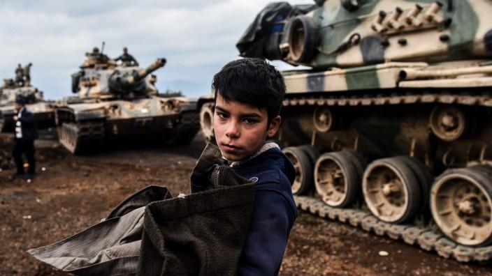 Trump droht Türkei: Bereits seit Monaten zeigt die türkische Armee Präsenz an der Grenze zu Syrien, um gegen die Kurdenmiliz YPG vorgehen zu können. Das Foto vom Januar 2018 zeigt eine Panzereinheit in Hassa in der Provinz Hatay.