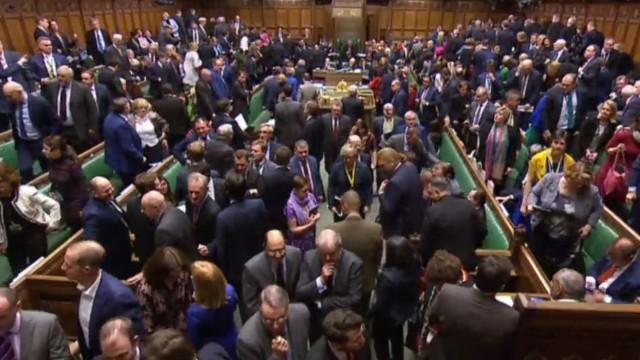 """Abstimmung über Brexit-Deal: """"Die wichtigste Entscheidung, die wir alle in unserem politischen Leben treffen"""", mahnte Theresa May die Abgeordneten, die sich hier zur Abstimmung erheben."""