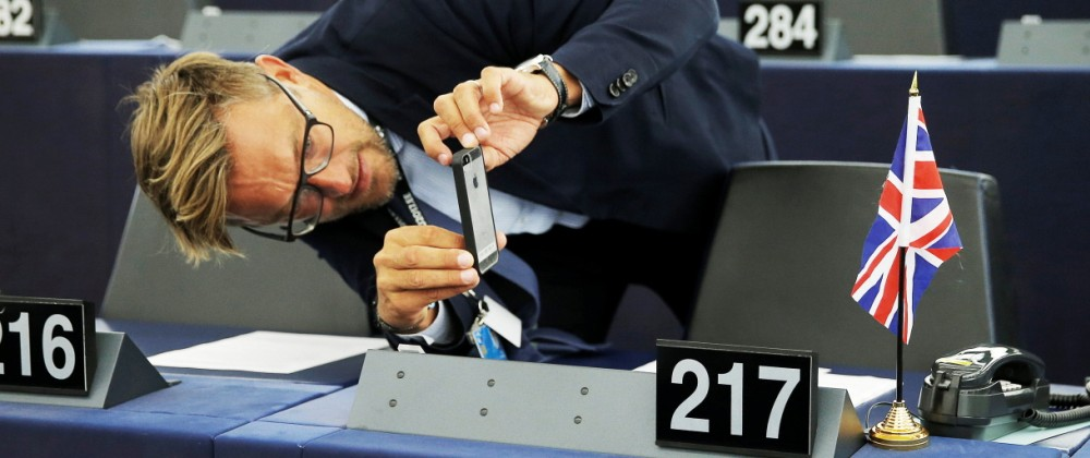 EU-Parlament: Ein Mann fotografiert während einer Brexit-Debatte den Union Jack