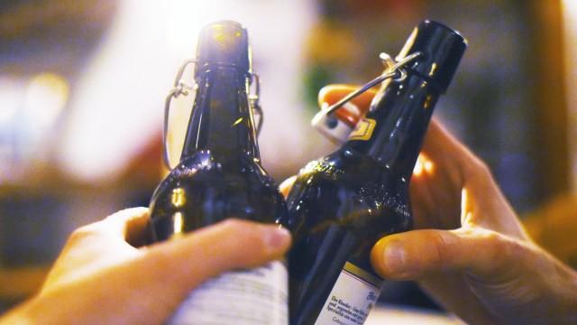 Anstoßen mit Flaschenbier