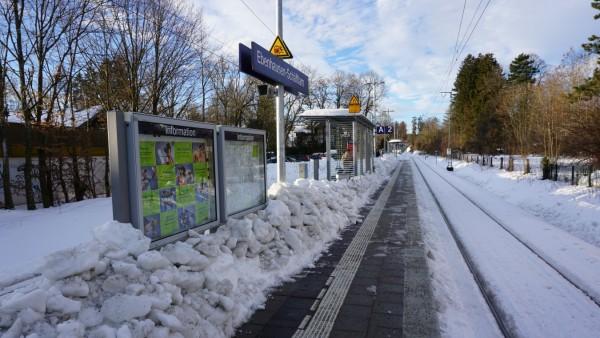 Bahnhof Ebenhausen-Schäftlarn zumindest in Teilen geräumt, in der Mitte des Bahnsteigs türmen sich die Eisplatten
