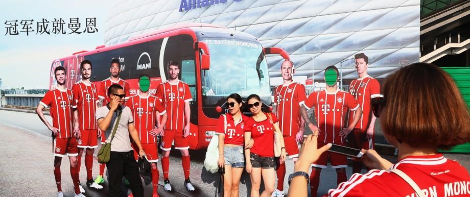Bundesliga-Fans aus China posieren für ein Foto