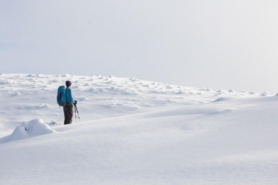 Wanderin in Schneelandschaft