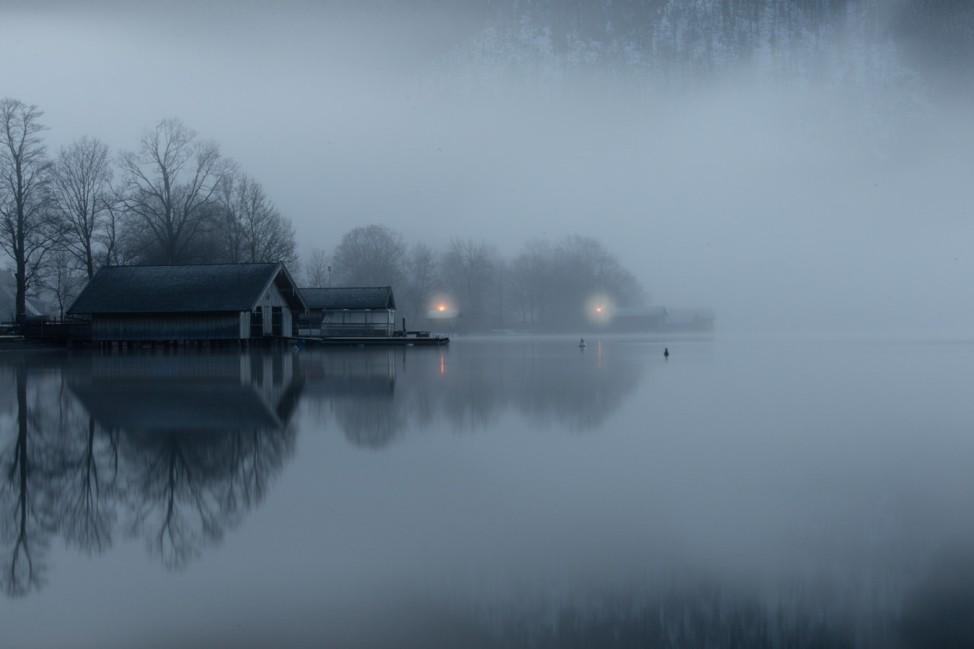 Haus an einem See im Winter