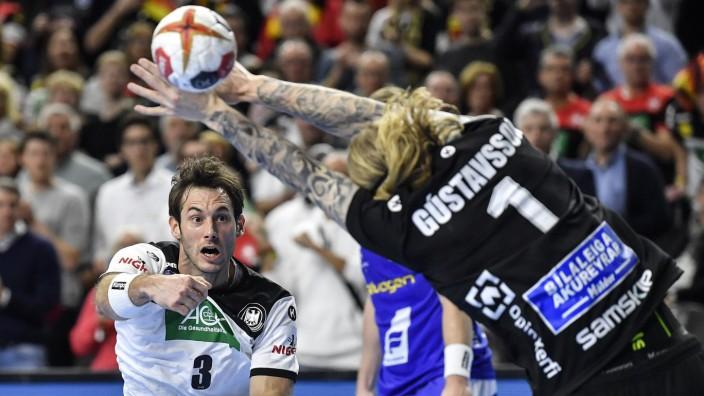 Handball-WM: Uwe Gensheimer steht Islands Torwart Bjorkvin Pall Gustavsson gegenüber.