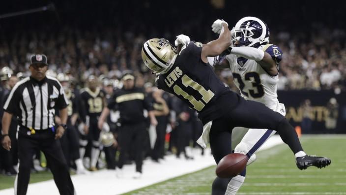 Football: Eine von mehreren umstrittenen Szenen: Rams-Verteidiger Nickell Robey-Coleman behindert Tommylee Lewis von den New Orleans Saints.