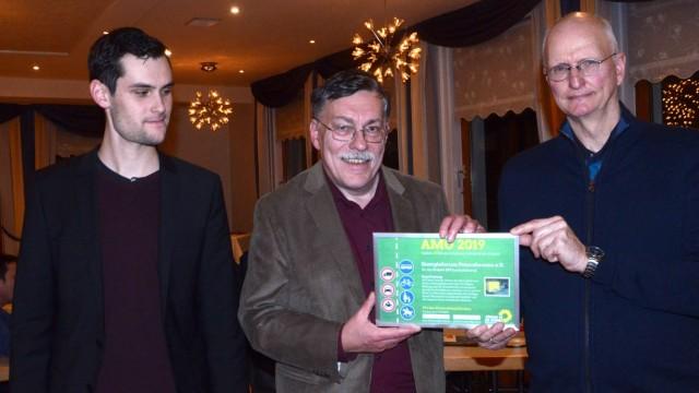 Neujahrsempfang der Kreis-Grünen: Der Anders-mobil-sein-Preis der Grünen geht an das Energieforum Petershausen, von links Alexander Heisler, Herwig Feichtinger und Dieter Lange.