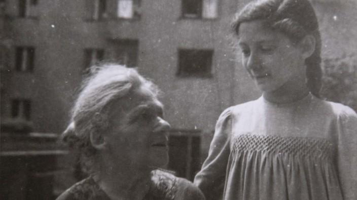 """Zeitzeugin Hilde Grünberg: Großmutter Hermine mit ihrer Enkelin. """"Sie hat bis ins hohe Alter Gedichte rezitiert"""", erzählt Hilde Grünberg."""