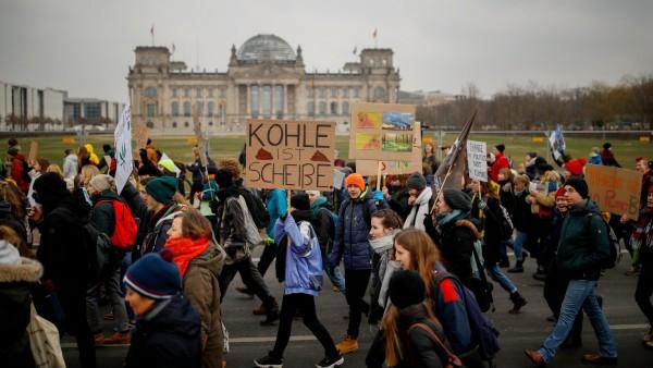 Gibt es überhaupt Themen, die mehrheitlich junge Menschen ansprechen? Oder anders gefragt: Bestimmt das Alter über die politischen Präferenzen eines Menschen? Fridays-for-Future-Protest vor dem Wirtschaftsministerium in Berlin am 25. Januar 2019, im Hintergrund der Reichstag.