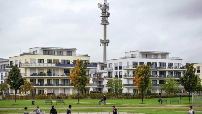 Mobilfunk Sendemast über einem Neubaugebiet Köln 22 10 2015 Foto xC xHardtx xFuturexImage