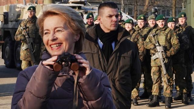 Bundeswehr - Verteidigungsministerin Ursula von der Leyen (CDU) testet eine Nachtsichtbrille