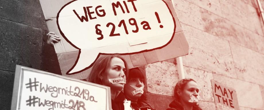 Abtreibungen - Demonstrantinnen protestieren gegen den Paragraf 219a