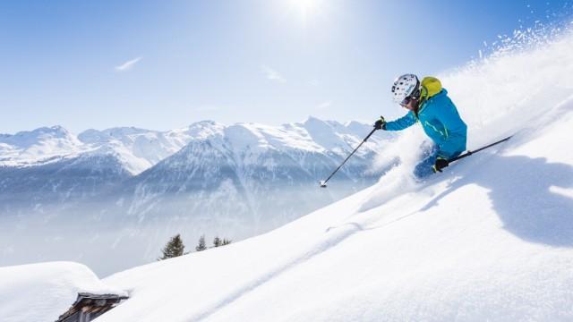 Skifahrer im Tiefschnee in Kappl