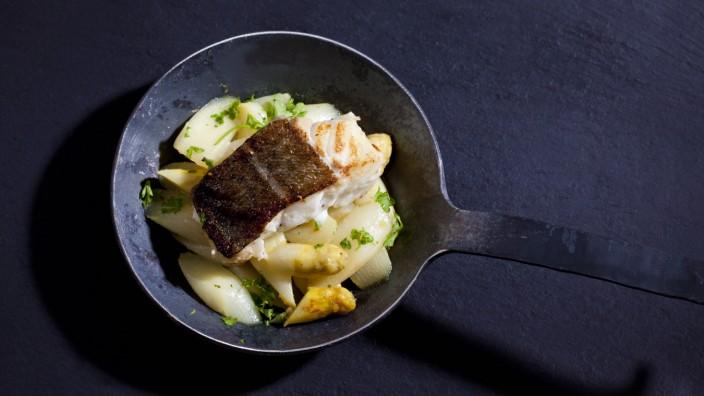 Cast iron pan with fried asparagus and skrei PUBLICATIONxINxGERxSUIxAUTxHUNxONLY CSF025438