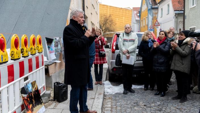 Oberbürgermeister Dieter Reiter spricht vor Bürgern und Mitgliedern des Vereins 'HeimatGiesing' vor dem abgerissenen Grundstück in der Oberen Grasstraße 1 am 31.01.2019