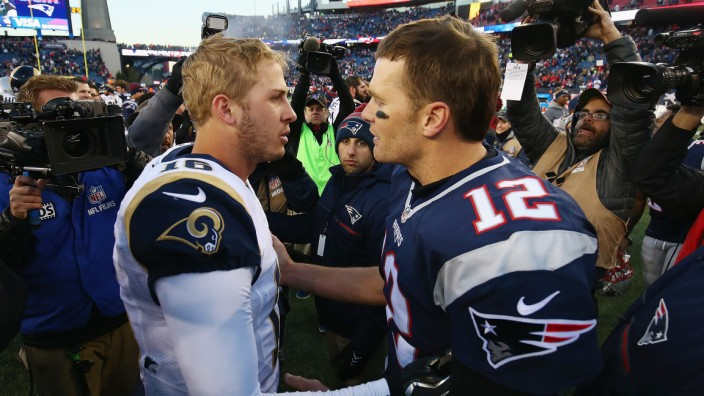 American Football: Der eine steht für das liberale Kalifornien, der ander für die Anhänger von Trump: Jared Goff (l.) von den Rams und Tom Brady von den Patriots.