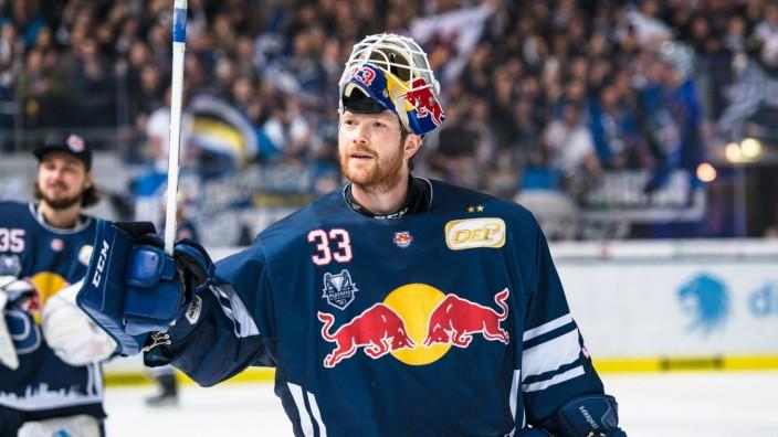 Gro en Grund zum Feiern fuer Danny aus den Birken Torwart EHC Red Bull Muenchen in der 5 Halbfin; Eishockey