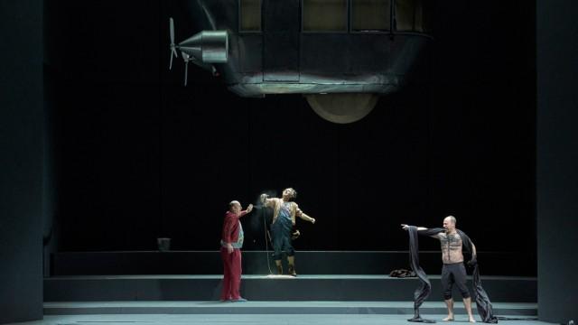 """Oper: Er kündigt den Weltuntergang um Mitternacht an, der dann pünktlich nicht eintritt: Leigh Melrose als Nekrotzar (r.) mit Jens Larsen als Astradamors und Alexander Kaimbacher als Piet vom Fass in """"Le Grand Macabre""""."""