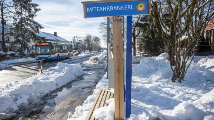 Höhenkirchen, Mitfahrbankerl an der Brunnthaler Straße, Foto: Angelika Bardehle
