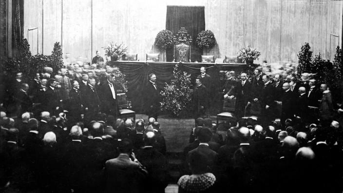 100 Jahre Weimarer Republik: Friedrich Ebert wird vom Präsidenten der Nationalversammlung Fehrenbach auf die neue Verfassung vereidigt. Es war eine bemerkenswert gute Verfassung für bemerkenswert schlechte Zeiten.