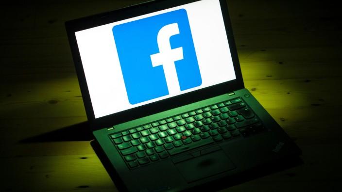 Facebook-Logo auf einem Laptop-Bildschirm