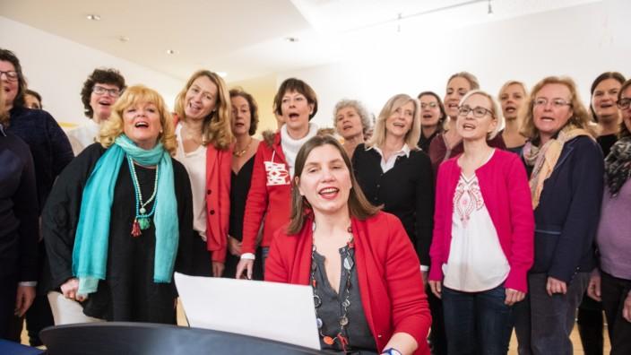 Neubiberg, Montessorischule, Unternehmerinnenchor von Claudia Römer, Sopranistin und Pianistin, Foto: Angelika Bardehle