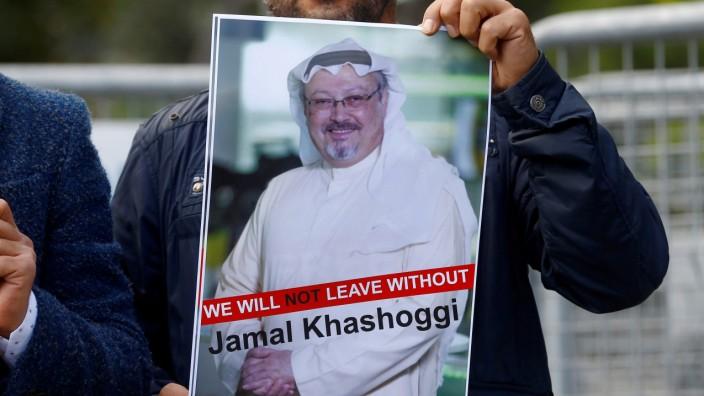 Fall Khashoggi - Ein Demonstrant hält ein Bild von Jamal Khashoggi hoch