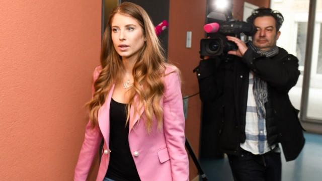 Cathy Hummels 2019 im Landgericht München wegen des Verdachts der Schleichwerbung