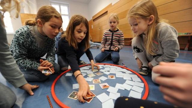 """Bildung: Karten einprägen und dabei nicht still sitzen - die Klenzeschule darf sich nun """"Sport-Grundschule"""" nennen."""