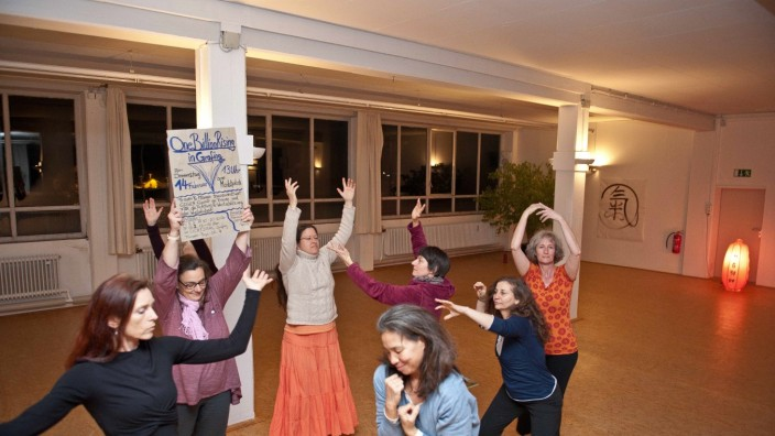 """""""One Billion Rising"""": Mit einem Tanz soll der Gewalt etwas Weiches entgegengesetzt werden. Bei der Aktion in Grafing wird es auch Redebeiträge geben."""