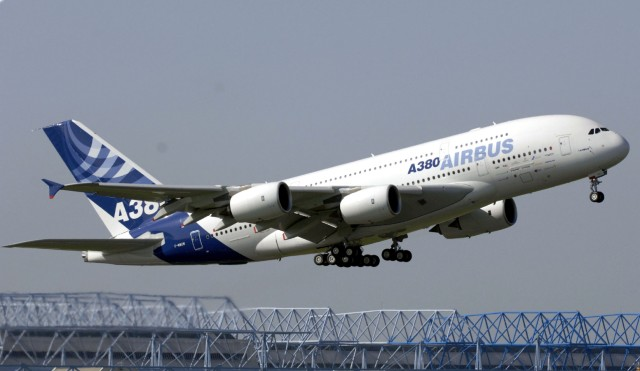 Erfolgreicher Testflug des neuen Airbus A380, 2005