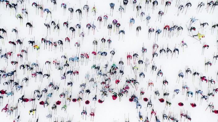 Versicherungen für Skifahrer: Skifahren macht Spaß. Wenn es nur nicht so voll wäre! Hier ein Massenrennen bei Moskau.