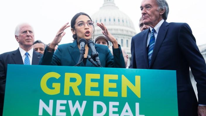 US-Klimapolitik: Die Kongressabgeordnete Alexandria Ocasio-Cortez und ihr Parteifreund Senator Ed Markey vor dem Kapitol in Washington.