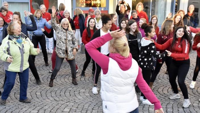 """Germering: Tanzen als Protest: Germering ist der einzige Ort im Landkreis, an dem Frauen zur Aktion """"One Billion Rising"""" zusammenkommen."""