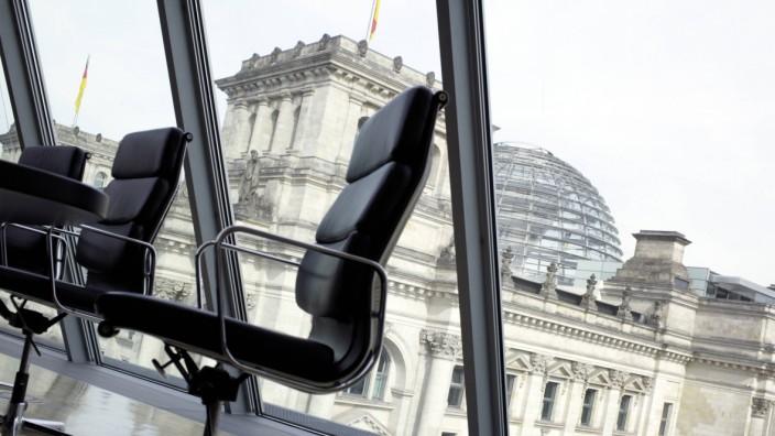 Sitzungssaal im Jakob Kaiser Haus mit Blick auf den Reichstag Berlin Deutschland Conference ro