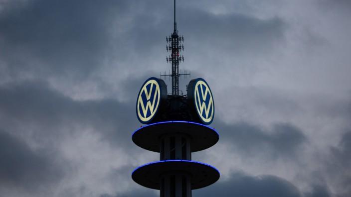 VW-Logo auf einem ehemaligen Fernsehturm in Hannover