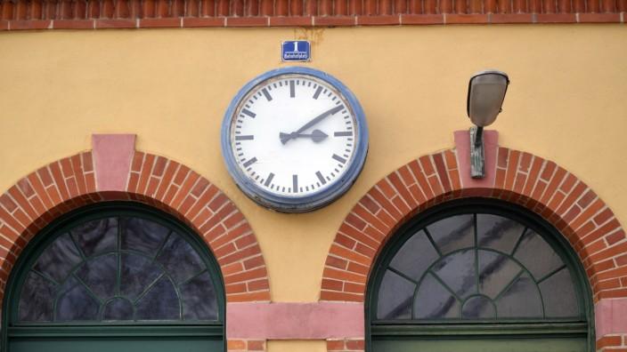 Bahnhof: Immer noch zehn nach drei. Bald wird die Uhr am Deisenhofer Bahnhof wieder die richtige Zeit anzeigen.